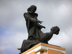 Статуя Аббата Фариа в Панаджи изображает человека, простирающего руки над лежащей под гипнозом женщиной.