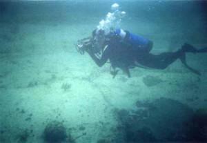 Подводные археологи - дайверы изучают руины возле Бимини