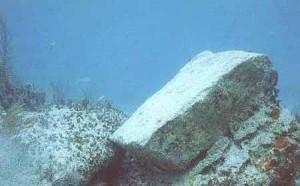 Огромный мегалит под водой