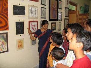 Художник объясняет различие художественных методов и стилей студентам Колледжа искусств им. Е. И. Рерих