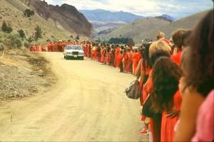 Раджнишпурам, штат Орегон. Ошо за рулём Rolls-Royce Silver Spirit едет вдоль толпы своих последователей. Лето 1982 г., США