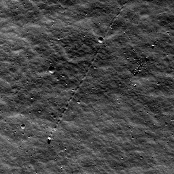 след от движения камня на поверхности Луны